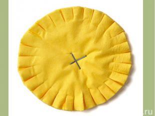 3.Вырежи круг. Сделай надрезы через равные промежутки , равной глубины.