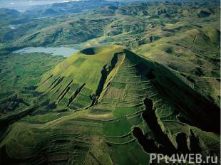 Природные ресурсы Через всю восточную часть острова с севера на юг протянулось в