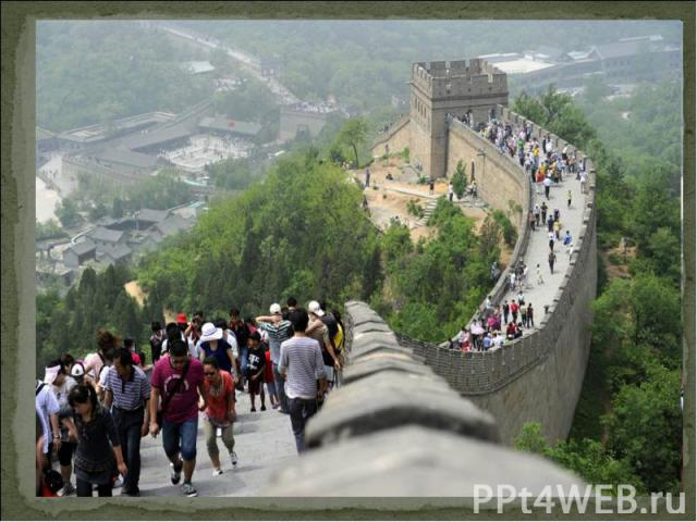 В это время на Китай с севера нападали дикие племена кочевников-гуннов. Они разоряли земли, а жителей уводили в плен.Для обороны северных границ Империи Цинь Шихуанди начал объединение разрозненных оборонительных сооружений в единую - Великую Китайс…