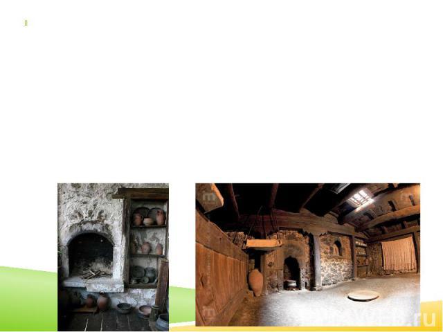 Жилище представляет собой квадратную в плане постройку, с каменными стенами и земляной крышей, которая устанавливалась на деревянных столбах. Единственным источником света было окно или дымоход в крыше. В доме на большом возвышении помещался открыты…
