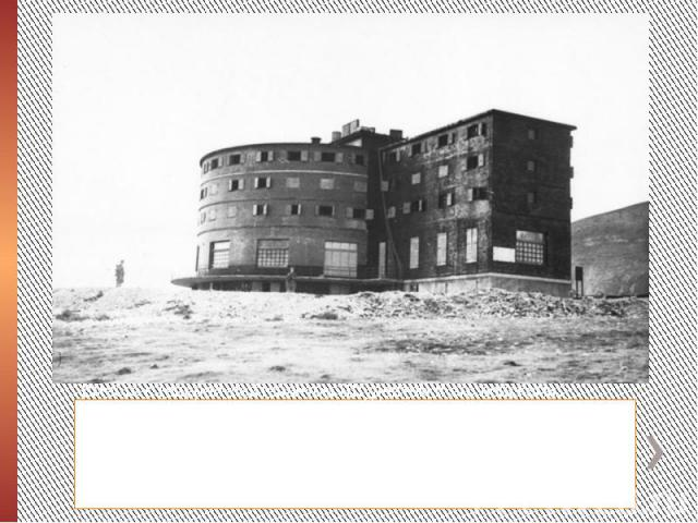 """Вместе с генерал-лейтенантом Штудентом и его войсками, Скорцени искал по всей Италии Муссолини, который многократно перевозился своими охранниками в разные места.После нескольких попыток немцам удалось обнаружить бывшего диктатора в гостинице """"…"""