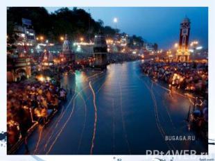 Река Индии - Ганга, освещенная плавающиим фонариками в рамках фестиваляГан