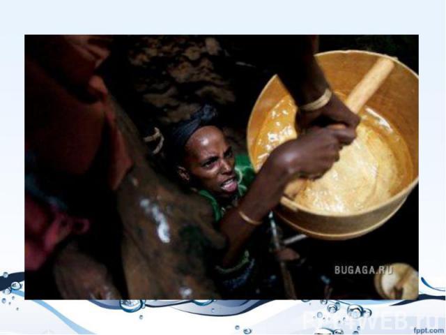Балансируя на скользкой самодельной лестнице, женщины передают друг другу ценную воду из колодца глубиной в девять человеческих ростов в регионе Марсабит в северной Кении. Как только вода появится на поверхности, женщины будут думать, как лучше расп…