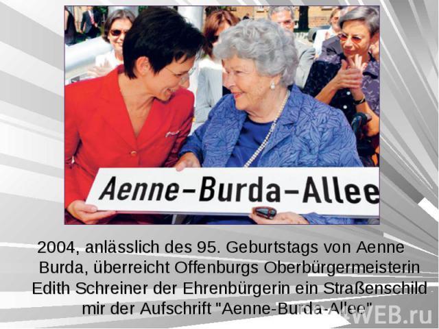 """2004, anlässlich des 95. Geburtstags von Aenne Burda, überreicht Offenburgs Oberbürgermeisterin Edith Schreiner der Ehrenbürgerin ein Straßenschild mir der Aufschrift """"Aenne-Burda-Allee"""" 2004, anlässlich des 95. Geburtstags von Aenne Burda…"""