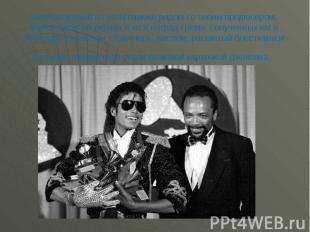 Запечатленный на этом снимке рядом со своим продюсером, Майкл Джексон держит 6 и